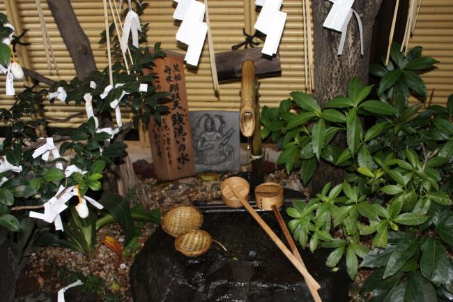 小網神社の銭洗いの井